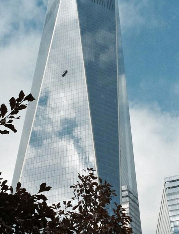 Estrutura ficou pendurada do lado externo do WTC (Foto: Reprodução/Twitter/Martin-S. Abel)