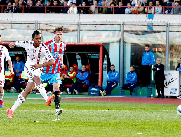 Robinho marca gol do Milan contra o Catania (Foto: Getty Images)