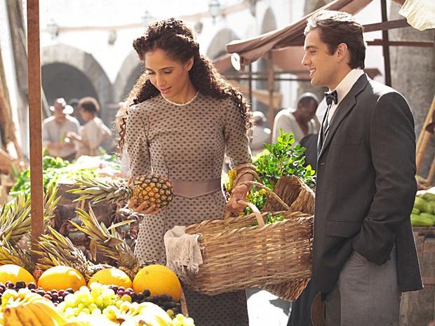 Albertinho acompanha Isabel às compras e se dispõe a ajudá-la (Foto: Lado a Lado / TV Globo)