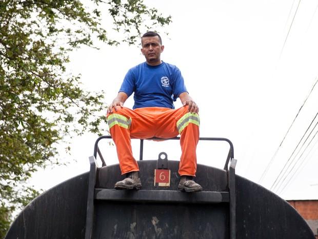 Fábio Roberto desviou o caminhão da empresa onde trabalha para distribuir água para os vizinhos do Jardim Pantanal, na Zona Sul de São Paulo (Foto: Fábio Tito/G1)