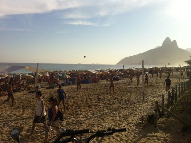 Praia de Ipanema ficou lotada no dia mais quente do inverno (Foto: Marcelo Elizardo/ G1)