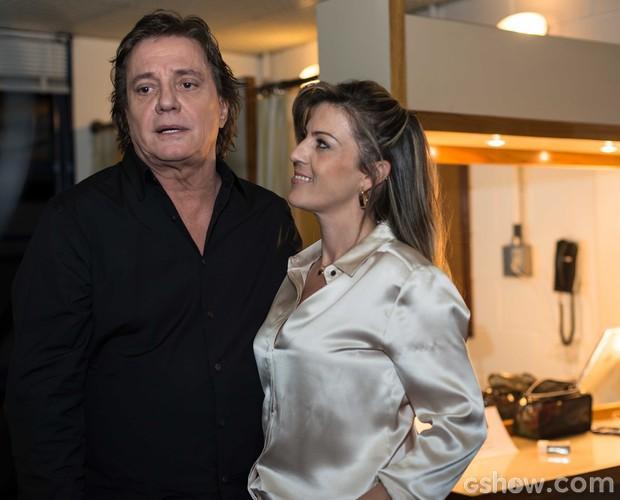 Fábio Jr. canta para Maria Fernanda no camarim do SuperStar  (Foto: Camila Serejo / TV Globo)