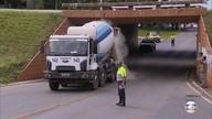 Para evitar mais danos, barreira é instalada na ponte do Bragueto