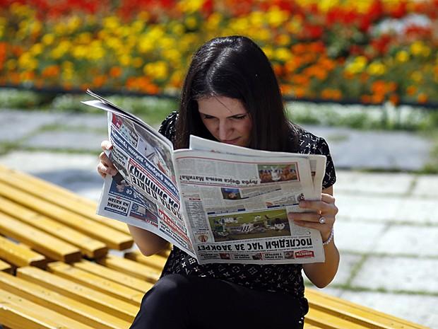 Sérvia lê jornal de cabeça para baixo (Foto: Marko Djurica/Reuters)