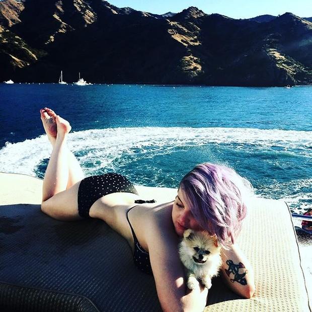 Kelly Osbourne durante passeio de barco na Califórnia, nos Estados Unidos (Foto: Instagram/ Reprodução)