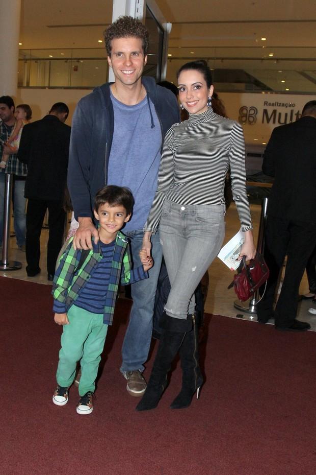 Thiago Fragoso com Mariana Vaz e o filho, Benjamin (Foto: Alexander Palarea / AgNews)