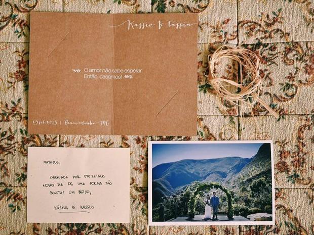 Cartão com foto enviado aos familiares e amigos do casal (Foto: Matheus Koelho)