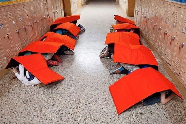 Estudantes demonstram o uso do Bodyguard Blanket (Foto: Divulgação)