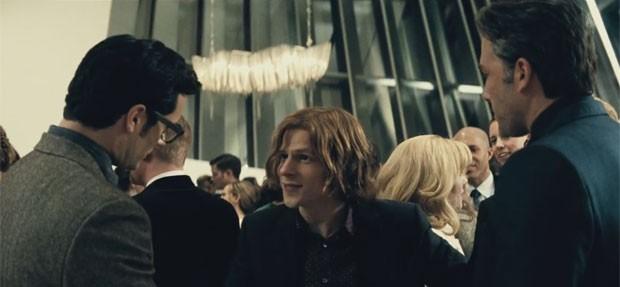 Cena do novo trailer de 'Batman vs Superman: A origem da justiça': a partir da esquerda, Henry Cavill como Clark Kent, Jesse Eisenberg como Lex Luthor e Ben Affleck como Bruce Wayne (Foto: Divulgação)