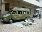 Micro-ônibus é depredado por presos que aguardam vagas em presídios