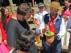 Nadia e Jimmy aprendem a preparar o chimarrão com os gaúchos (Foto: Arquivo Pessoal)