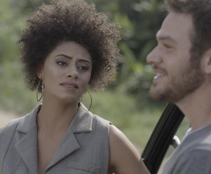 Carola leva um susto com a proposta do executivo (Foto: TV Globo)
