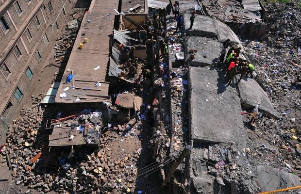 Equipes de resgate buscam sobreviventes nos escombros do prédio que colapsou no centro de Nairobi (Foto: Simon Maina/AFP)
