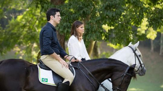 Camila Queiroz e Mateus Solano fazem aula de equitação para 'Pega Pega'