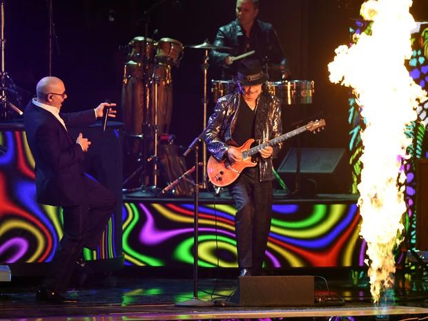 Pitbull ao lado do guitarrista Carlos Santana durante apresentação no Grammy Latino  (Foto: MARK RALSTON/AFP)