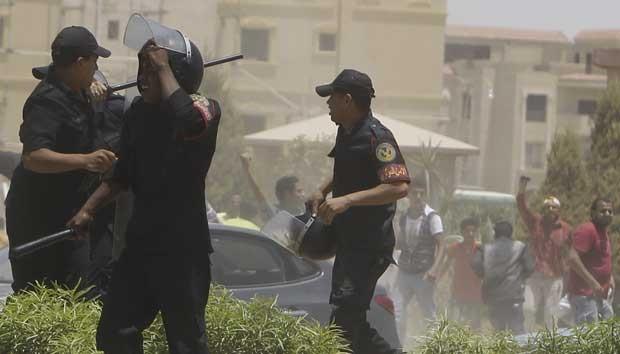 Manifestantes entraram em confronto com a polícia. (Foto: Amr Abdallah Dalsh/Reuters)