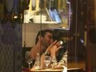 Ex-BBB Amanda é flagrada beijando muito em jantar a dois
