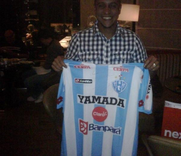 Roberto Carlos com a camisa do Paysandu (PA) (Foto: Divulgação / Twitter)