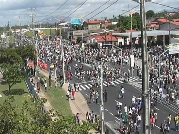 Grupo fechas os dois lados da Avenida Raul Barbosa, principal acesso ao Castelão (Foto: TV Verdes Mares/Reprodução)