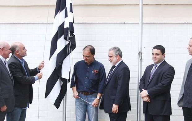 Bandeira do Botafogo é hasteada na ferj (Foto: Úrsula Nery/ Agência FERJ)