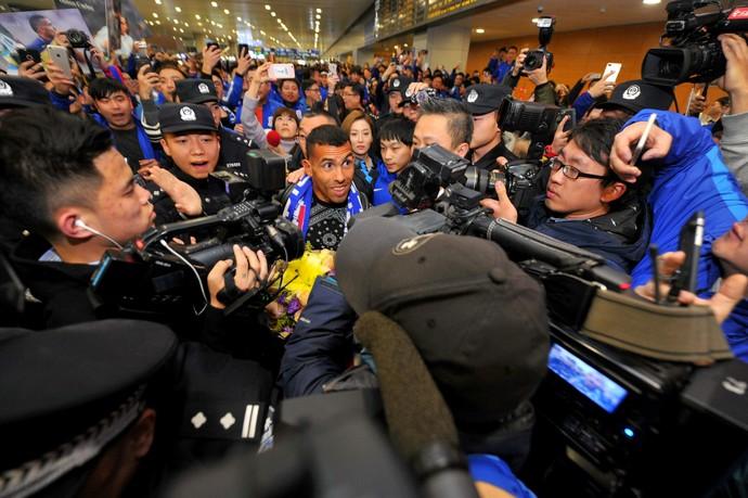 Tevez Shanghai Shenhua Aeroporto de Xangai (Foto: AFP)