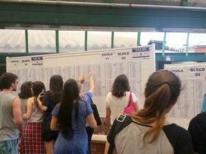 Vestibulandos conferindo a lista para realização da Fuvest em Piracicaba (Foto: Carol Giantomaso/G1)