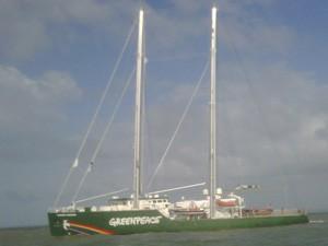 Rainbow Warrior, navio utilizado pelos ativistas (Foto: Sidney Pereira)