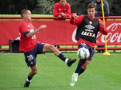 Marcos Guilherme; Bruno Pereirinha; Atlético-PR (Foto: Fernando Freire)