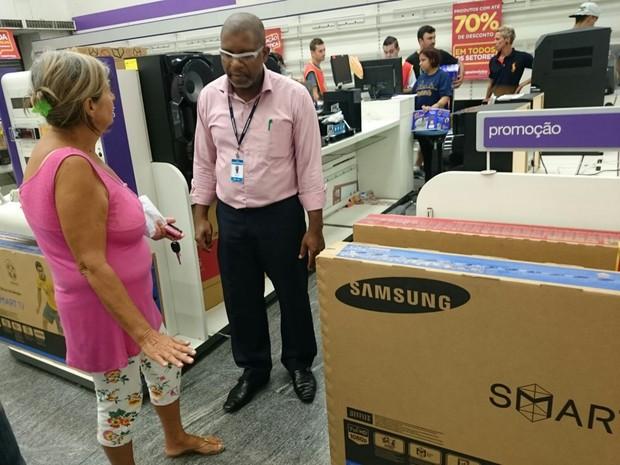 Valda levou TV por R$ 2 mil após 'chorar' desconto com gerente (Foto: Jomar Bellini / G1)