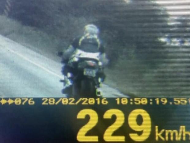 Motocicleta é flagrada a 229 km/h na BR-060, em Goiás (Foto: Divulgação/ PRF)