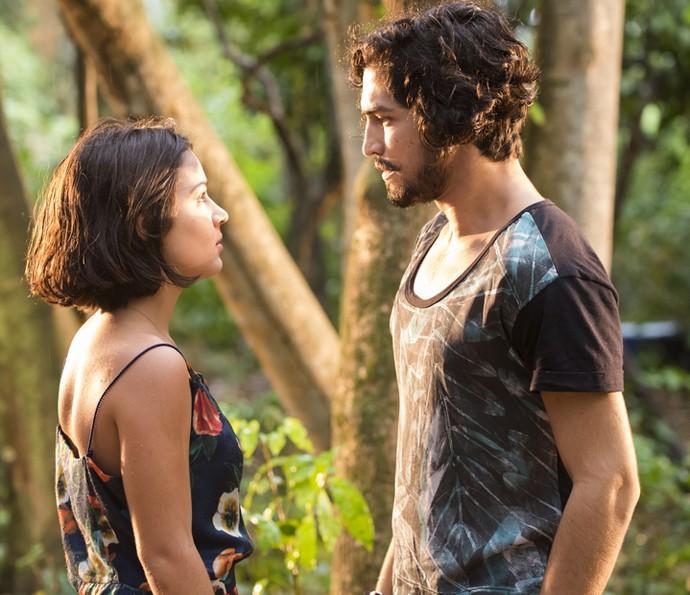 Olívia fica tensa ao contar a notícia para Miguel (Foto: César Alves/ Globo)
