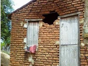 Raio atinge casa em Milhã, no interior do Ceará (Foto: Jaime Arantes/Monolitos Post)