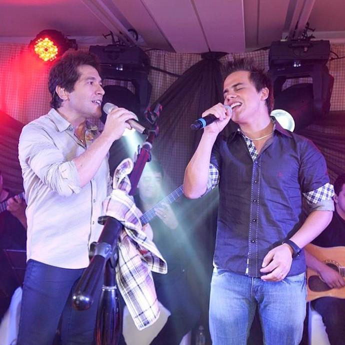 Em dezembro de 2012, Dyba cantou pela primeira vez em um show de Daniel em Gaspar (SC) (Foto: Arquivo pessoal)