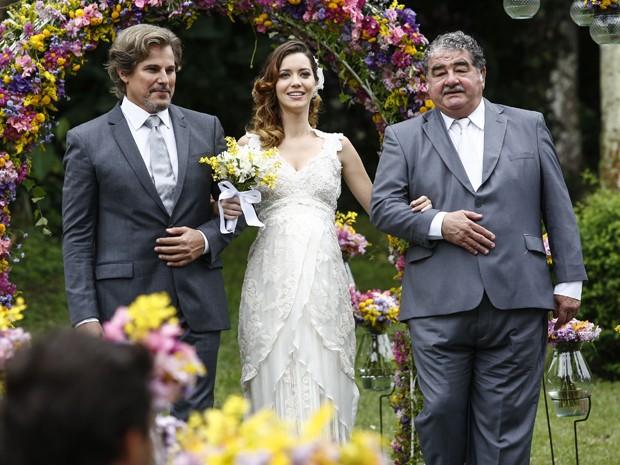A noiva é levada ao altar por Marcelo, seu pai, e Vicente, seu avô (Foto: Raphael Dias/ Gshow)