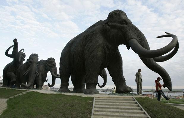 Escultura de mamutes na Rússia. Pesquisadores investigam se há células vivas em fragmentos de mamutes encontrados na Sibéria. (Foto: Dmitry Lovetsky/AP)