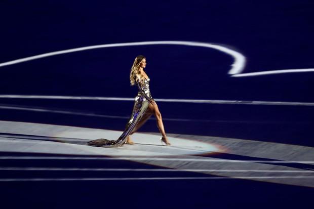 Gisele desfila na abertura da Olimpada sobre representaes das curvas de Oscar Niemeyer. (Foto: Getty Images)