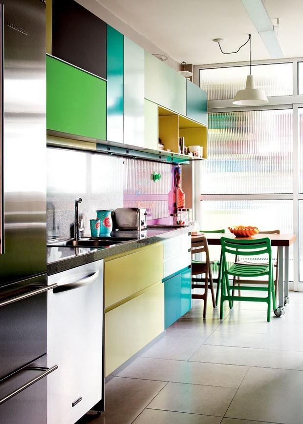 Décor do dia: cozinha com armários coloridos (Foto: Maíra Acayaba)