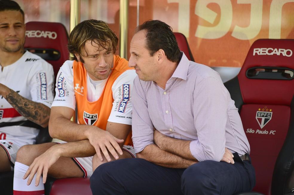 Lugano conversa com Ceni no banco de reservas durante o jogo contra o Atlético-MG (Foto: Marcos Ribolli)