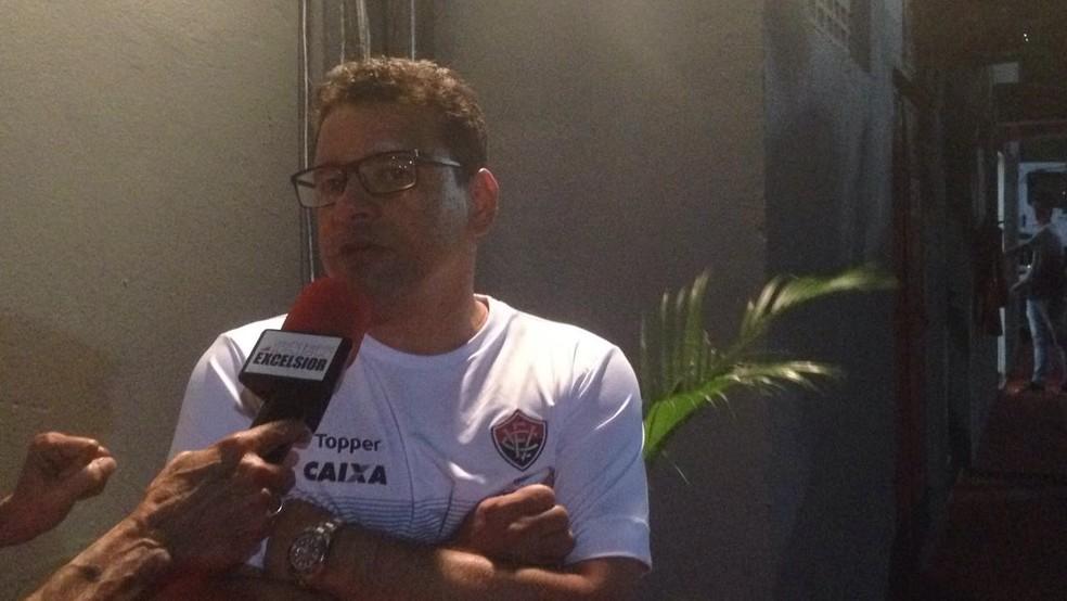 Wilson Vasconcelos explica situação de Kieza aos jornalistas no Barradão (Foto: Rafael Teles)