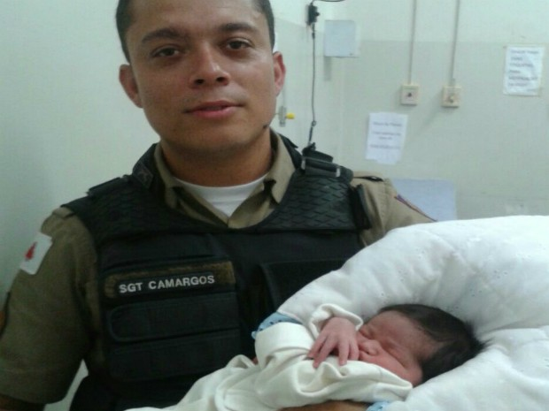A Polícia Militar de Uberlândia encontrou na tarde deste domingo um bebê abandonado em uma moita. Segundo as primeiras informações, o menino aparenta três meses de idade. Ele estava na Rua do Cabeleireiro, no Bairro Planalto. A PM também informou que a criança seria levada para atendimento médico e, em seguida, acionado o Conselho Tutelar. (Foto: Divulgação/PM)
