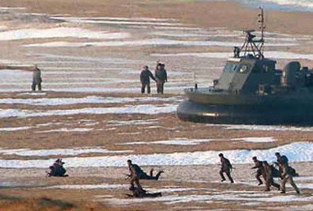 Soldados mais ao fundo parecem ir contra a perspectiva, aparecendo em tamanho igual ou até maior que aqueles no primeiro plano (Foto: AFP/KCNA)