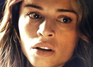 Ester descobre que os Albuquerque escondem tesouro de guerra (Foto: Flor do Caribe/TV Globo)
