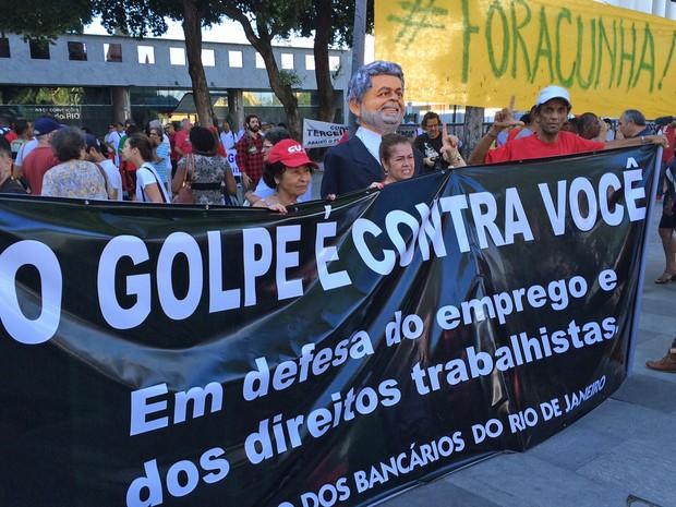 Eduardo Cunha é um dos alvos do protesto na Praça 15, no Rio de Janeiro (Foto: Alessandro Ferreira/G1)