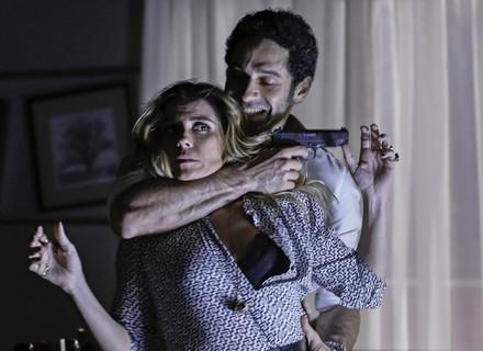 Atena é atacada após dar golpe