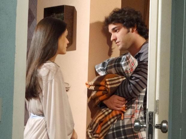 Elano não consegue dizer o que sente para Cida (Foto: Cheias de Charme / TV Globo)