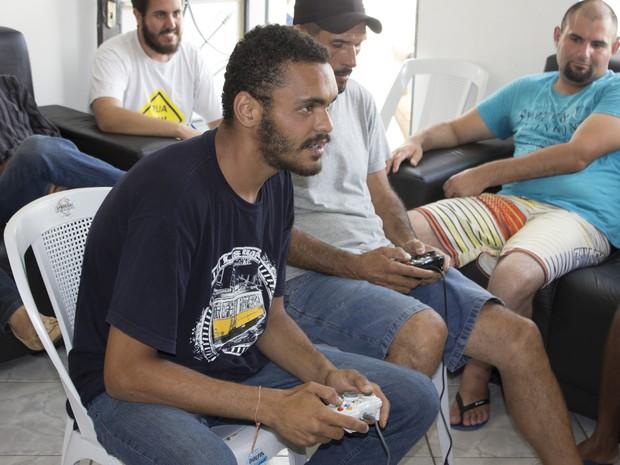 Thiago foi um dos beneficiados pelo acolhimento, hoje ajuda nas atividades do projeto. (Foto: Fábio Devito/G1)