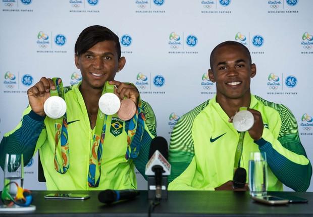 Isaquias Queiroz e Erlon de Souza mostram suas medalhas (Foto: GE/Marcelo Maragni)