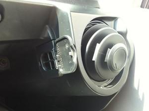 Detalhe da saíde de ar para ventilação do porta-luvas (Foto: Priscila Dal Poggetto/G1)