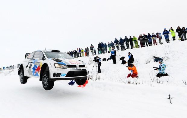 o Francês Sebastien Ogier no rally no gelo, Suécia (Foto: AFP)