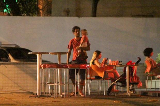 Carolinie Figueiredo com a filha, Bruna, e o marido, Guga Coelho, em restaurante no Rio (Foto: Delson Silva/ Ag. News)